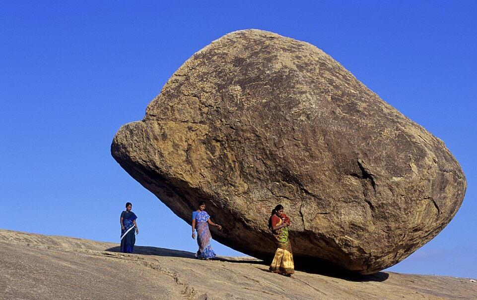 صخرة عملاقة في الهند تتحدى الجاذبية الطبيعية!