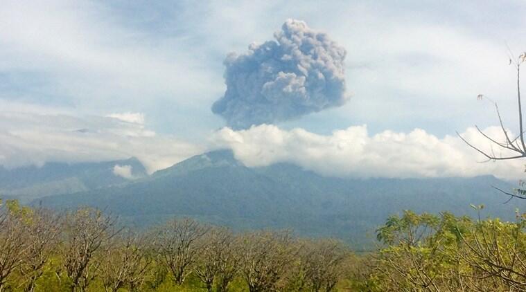 Indonesia evacuates tourists after Mount Barujari eruption