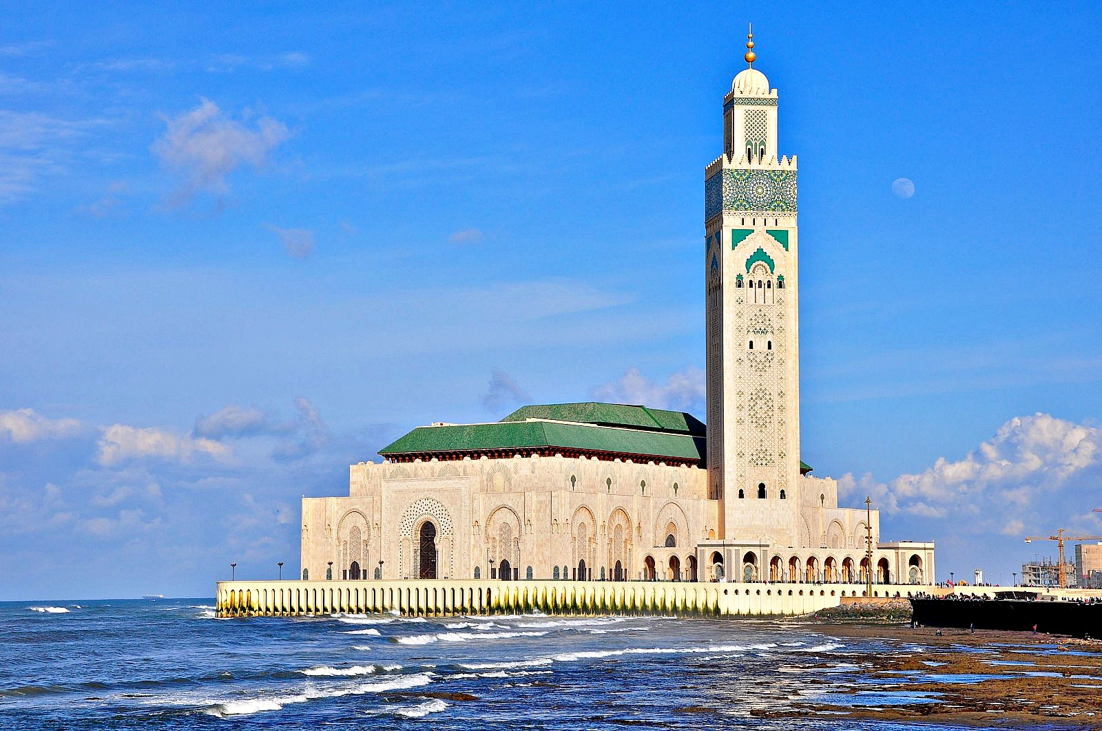 Cop22 host morocco s mosques are going green for Mosquee hassan 2 architecture