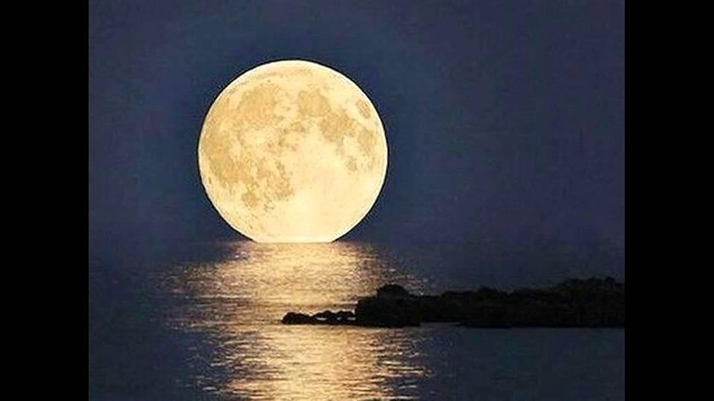 هكذا ظهر القمر العملاق فجر 14 نوفمبر حول العالم