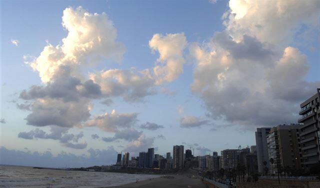 طقس يوم السبت، مشمس وحار مع غبار بيضاء في الأجواء.