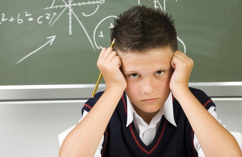 كيف تتعاملين مع درجات طفلك السيئة بالمدرسة؟