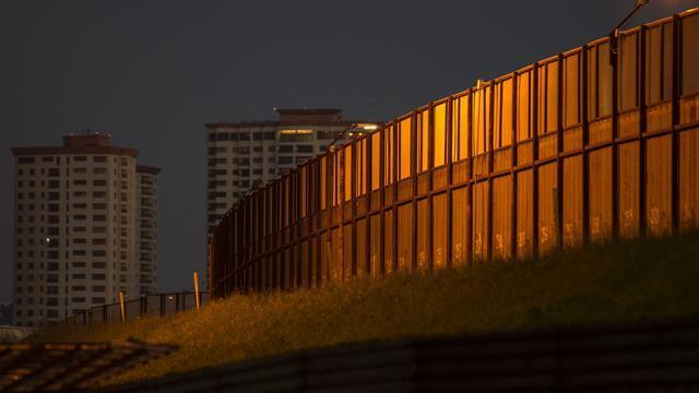 Trump renonce à des dizaines de règles environnementales pour accélérer la construction du mur de la frontière