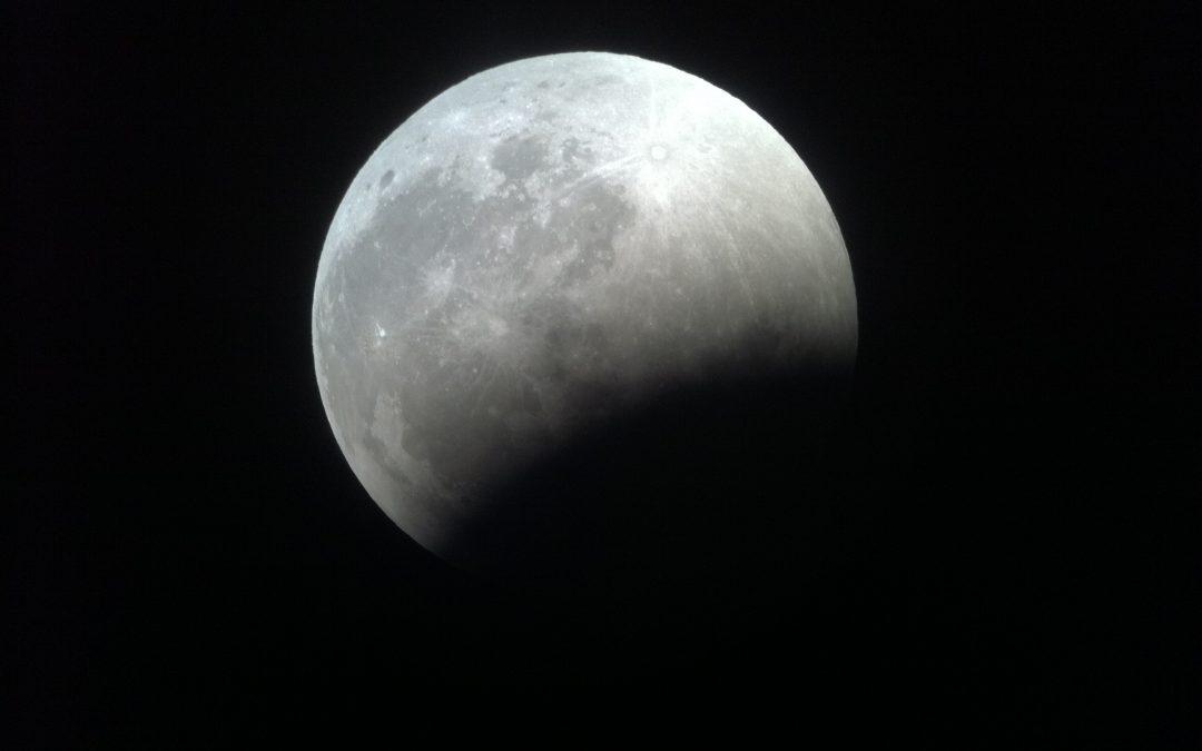 أطول خسوف للقمر منذ 100 عام .. في 2018