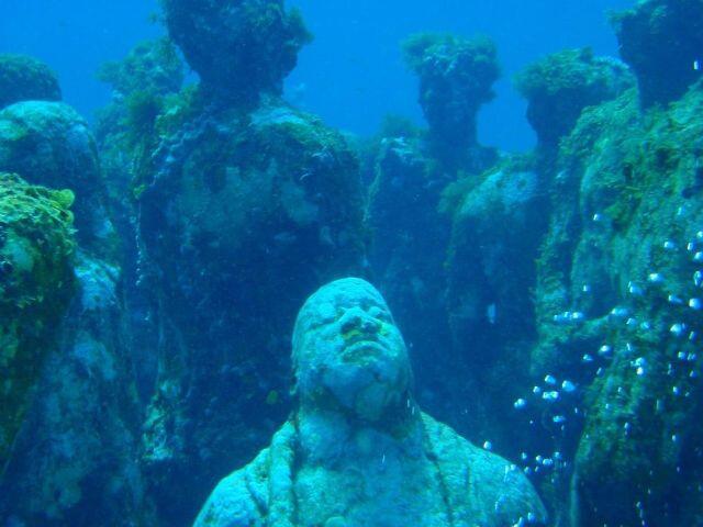 بالصور… حديقة النحت الغامضة في قاع البحر