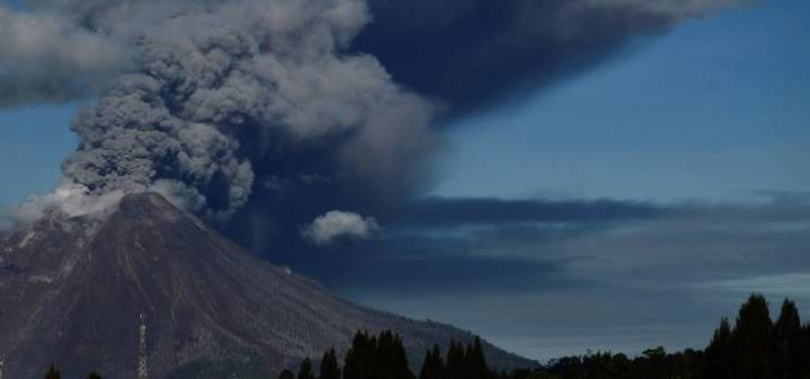بركان جبل سينابنغ يثور مجدداً في إندونيسيا