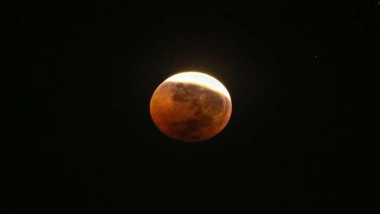 القمر يقترب من ثلاثة كواكب في حدث فلكي نادر!