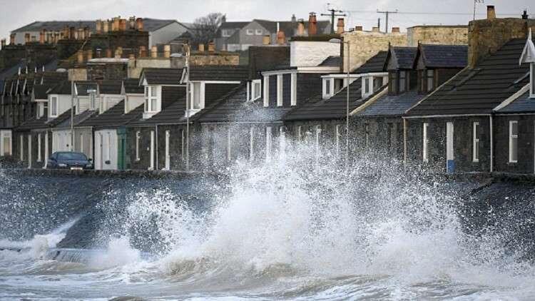 """""""علي"""".. أول عاصفة تضرب بريطانيا وإيرلندا!"""