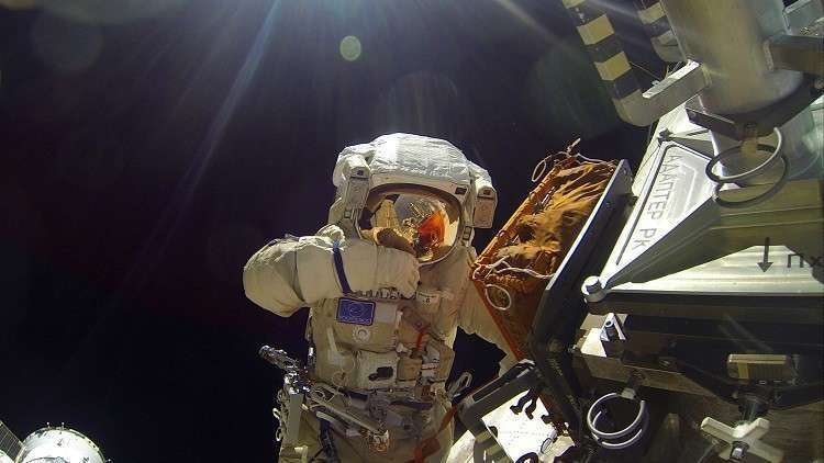 """رائدا فضاء روسيان إلى الفضاء المفتوح للتحقق من ثقب """"سويوز"""""""