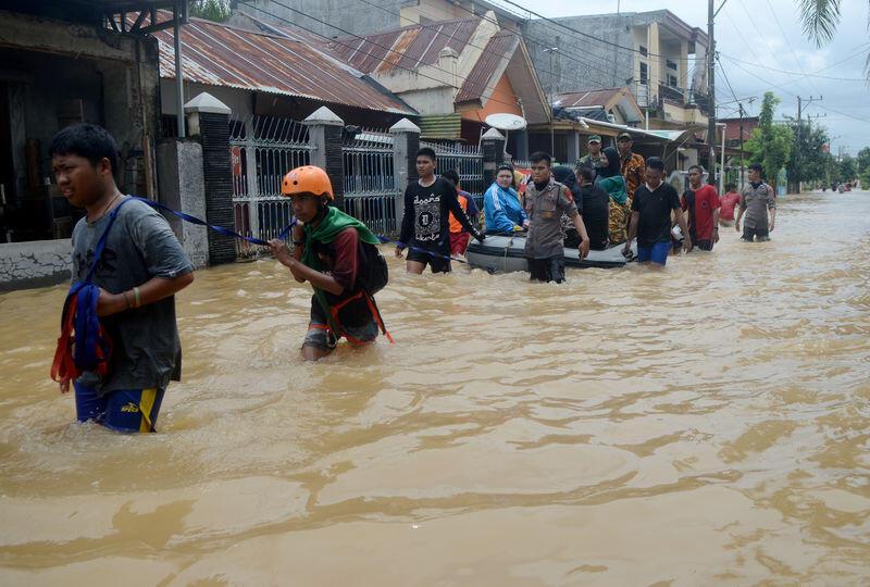 ارتفاع عدد ضحايا فيضانات وانهيارات جليدية في إندونيسيا إلى 68