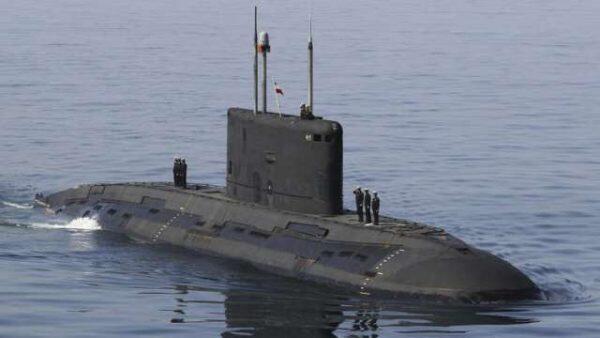 ايران تكشف عن أول غواصة في مياه الخليج بصواريخ كروز