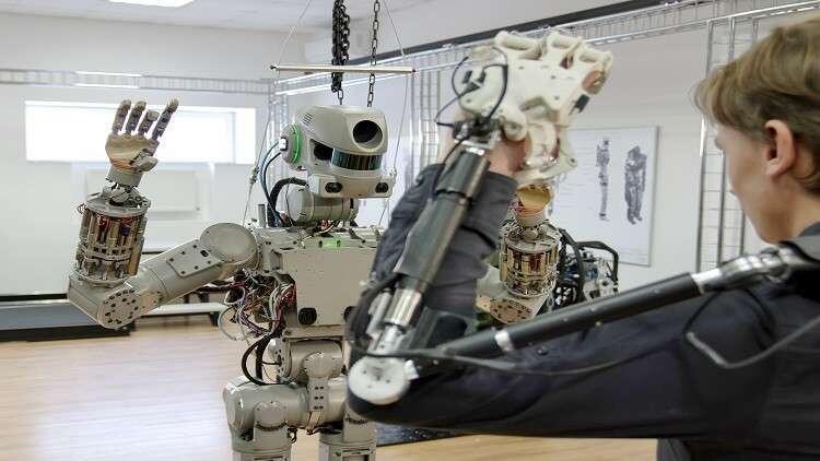 """روسيا تستخدم """"رجالا آليين"""" لمساعدة الرواد في الفضاء المفتوح"""