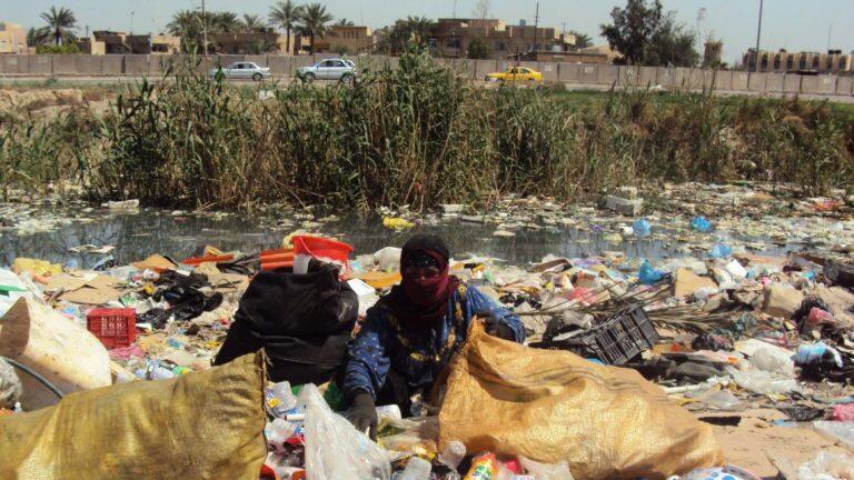 """شوارع أغنى محافظة في العراق تغرق بـ""""القمامة"""" بسبب الديون!"""