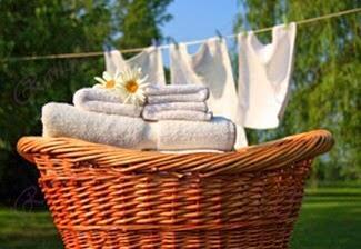 لتبييض الملابس …ضعها في ماء مغلي مضافاً إليها شريحة ليمون لمدة عشر دقائق ، ثم اغسلها