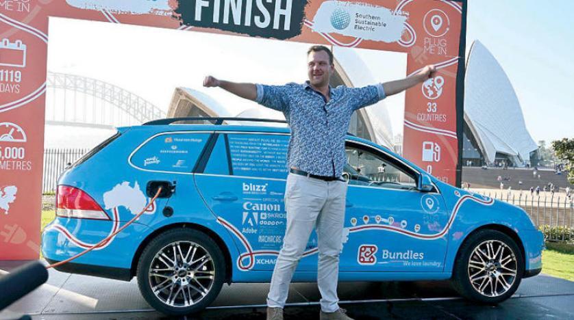مغامر هولندي ينهي رحلة استمرت ثلاث سنوات حول العالم في سيارة كهربائية