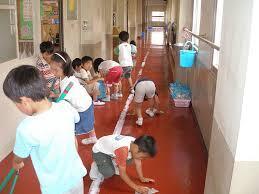 في دولة اليابان يقوم الطلاب بتنظيف المدرسة لمدة ربع ساعة مما ادى الى ظهور اليابان بالشكل الذي نشاهده اليوم