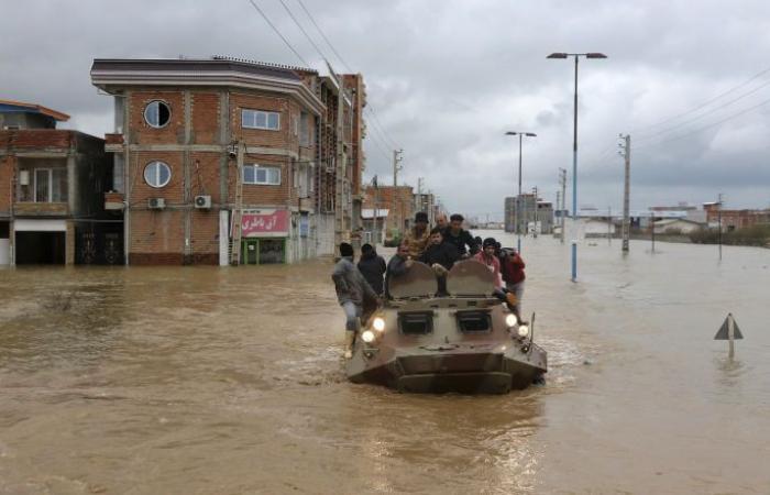 إيران توسع عمليات الإجلاء مع توقع هطول أمطار جديدة