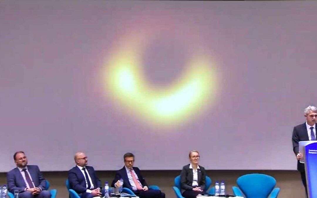 Foto del agujero negro demuestra que Einstein tenía razón!!!