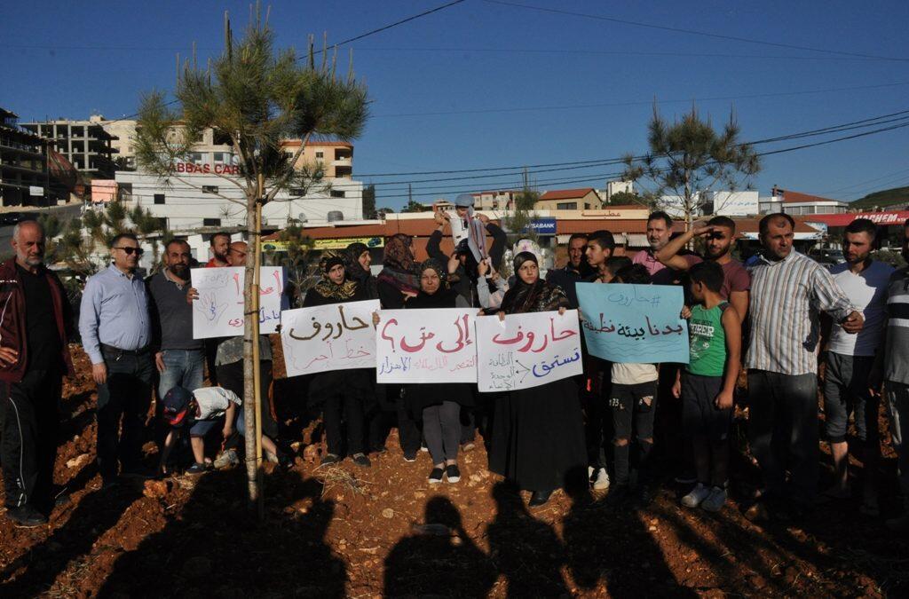 اعتصام لشبان من حاروف احتجاجا على تكدس النفايات في شوارع البلدة