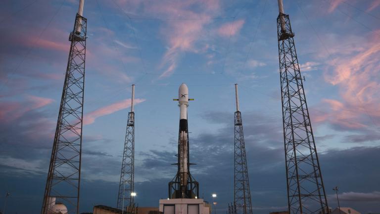 """""""سبيس إكس"""" تطلق 60 قمرا إلى الفضاء دفعة واحدة!"""