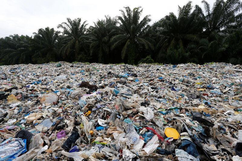 ماليزيا تعيد 3 آلاف طن من نفايات البلاستيك لبلدان المنشأ