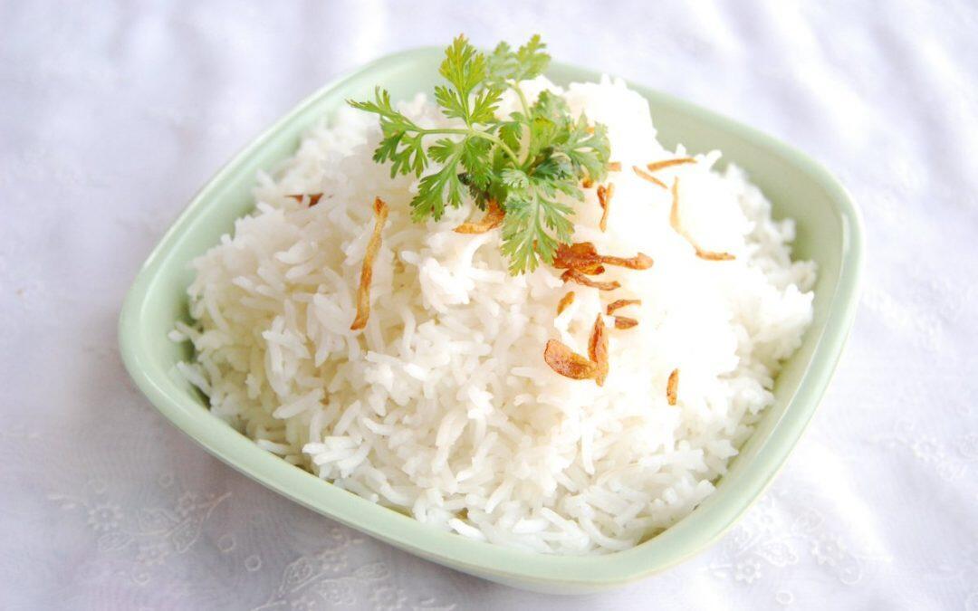 يبقى الأرز ناصع البياض إذا أضيفت إليه بعض قطرات من عصير الليمون اثناء الطهي