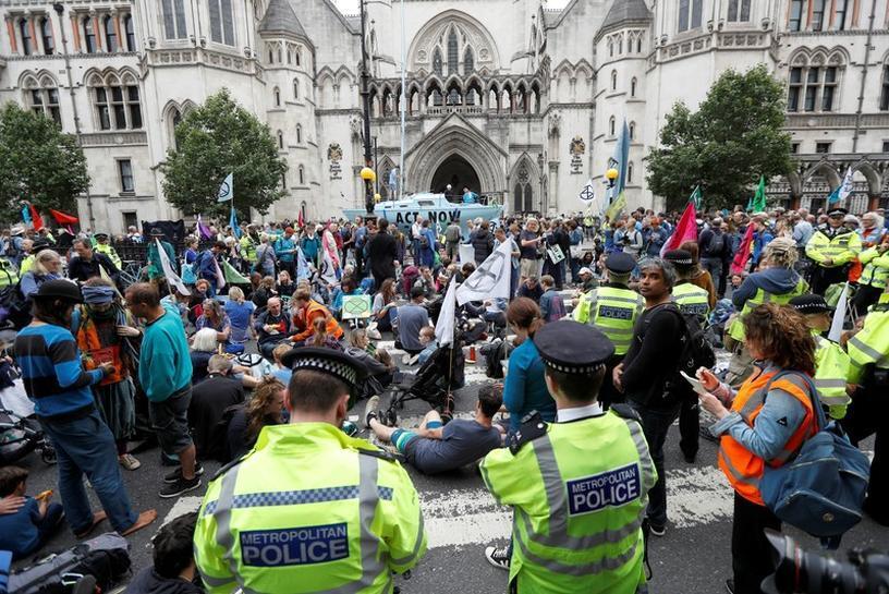 نشطاء يسعون لإثارة الفوضى في مدن بريطانية للتوعية بمخاطر تغير المناخ
