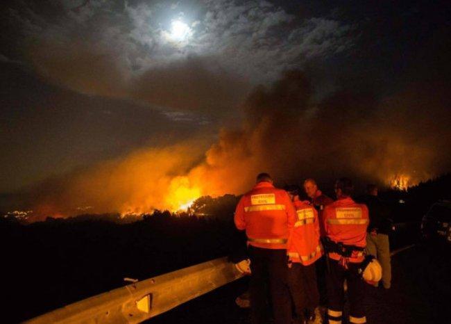 عدد الفارين من حريق غابات في جزر الكناري يرتفع إلى تسعة آلاف