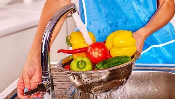 خطوات تنظيف الخضروات والفواكه من المبيدات الحشرية