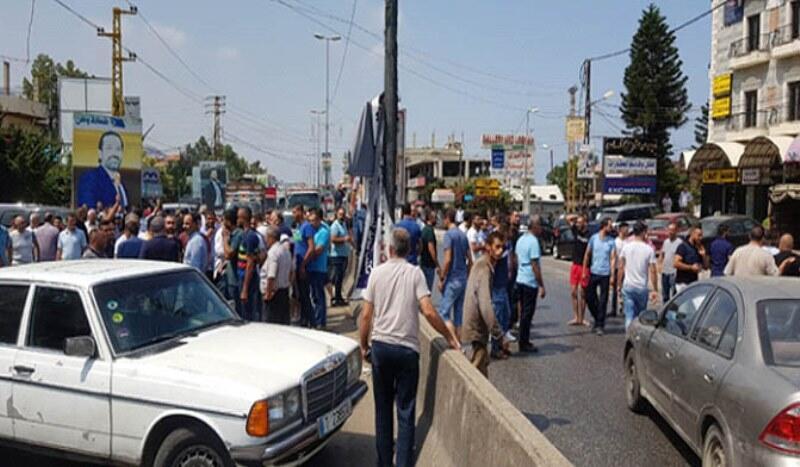 محتجون على إنشاء مطمر تربل قطعوا أوتوستراد المنية العبدة بالاتجاهين