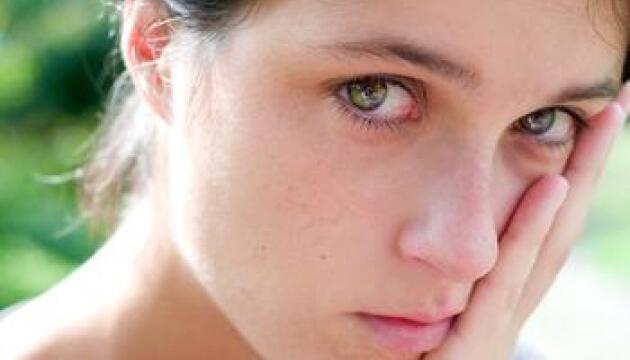كبت الدموع ربما يعرض الإنسان رجلا  كان أو إمرأة للخطر فقد يصيب بأزمات القلب واضطرابات المعدة والصداع وآلام  المفاصل