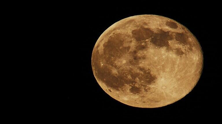دراسة مثيرة حول احتمال وجود ذهب على القمر