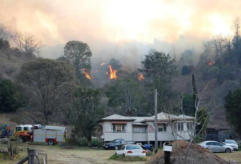 ساحل استراليا الشرقي يكافح أكثر من 100 من حرائق الغابات وتدمير 21 منزلا