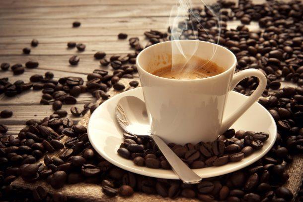 El Papa Clemente VIII fue quien aprobó el consumo de café en el año 1600 dentro de la comunidad católica.