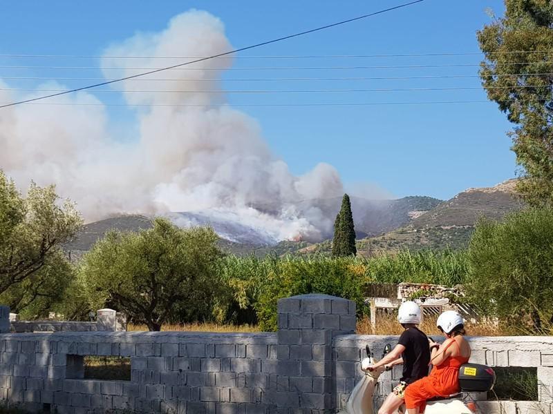 إجلاء قريتين مع اشتداد حريق غابات في جزيرة زاكينثوس اليونانية