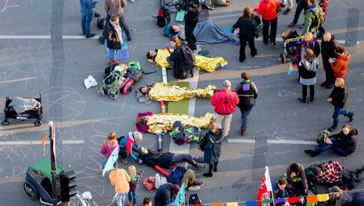 """""""آسفون.. الأمر طارئ"""".. محتجون من أجل المناخ يغلقون الشوارع في مدن بأنحاء العالم"""