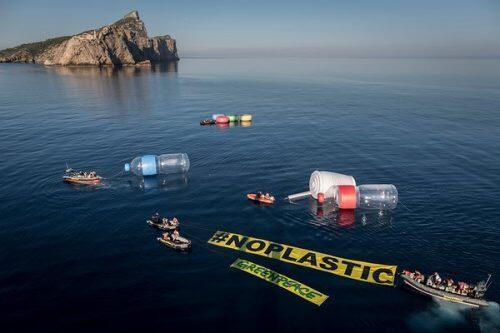 """11/06/2017. Baleares. España. Objetos plásticos gigantes emergen del agua en el Mediterráneo. A primera hora de la mañana, activistas de Greenpeace, han llevado a cabo en aguas baleares una acción simbólica para visibilizar el problema de la contaminación por plásticos en los mares, y más en concreto en el Mediterráneo. La organización ha colocado diez objetos gigantes (1), algunos de los más comunes que se encuentran en playas y mares (dos botellas de 12 metros, dos vasos de 6, tapones y pajitas) para visibilizar lo que está pasando bajo las aguas mediterráneas, aunque no se pueda ver. El buque insignia de Greenpeace, el Rainbow Warrior ha comenzado una gira en España y continuará en Italia, Croacia y Grecia. La última etapa llevará a la nave a la costa búlgara del Mar Negro, una cuenca también afectada por la contaminación plástica. Durante el tour """"Menos Plástico, Más Mediterráneo"""", el Rainbow Warrior se detendrá en varios puertos de cada país y el equipo de a bordo se reunirá con políticos, realizará eventos de puertas abiertas para el público y realizará experimentos científicos simples para exponer plásticos. Además, en el mar, el buque llevará a cabo investigaciones científicas en colaboración con instituciones científicas de cada país. ©Greenpeace Handout/Pedro ARMESTRE - No sales - No Archives - Editorial Use Only - Free use only for 14 days after release. Photo provided by GREENPEACE, distributed handout photo to be used only to illustrate news reporting or commentary on the facts or events depicted in this image."""