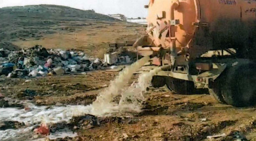 صهريج يفرغ الصرف الصحي وسط النفايات… مصلحة الليطاني تدعي وبلدية دير الزهراني ترد