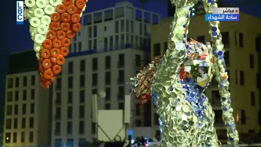 """مجسّم من التنك والعبوات البلاستيكية تحت عنوان """"الثورة أنثى"""""""