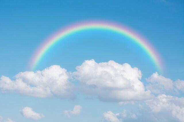 قوس المطر أو قوس الألوان وهو ظاهرة طبيعية فيزيائية ناتجة عن انكسار وتحلل ضوء الشمس خلال قطرة ماء المطر، يظهر قوس المطر بعد سقوط المطر أو خلال سقوط المطر والشمس مشرقة، تكون الألوان في القوس اللون الأحمر من الخارج ويتدرج إلى البرتقالي فالأصفر فالأخضر فالأزرق فأزرق غامق (نيلي) فبنفسجي من الداخل