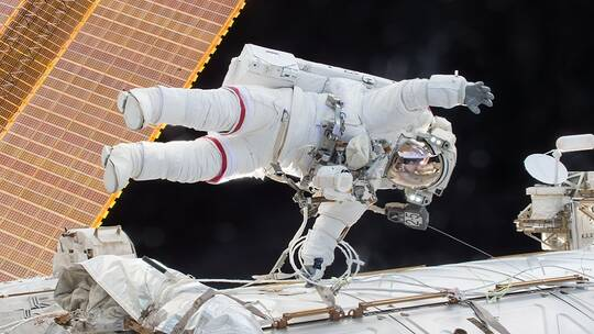 رائد فضاء أمريكي يفقد مرآة صغيرة في الفضاء المفتوح