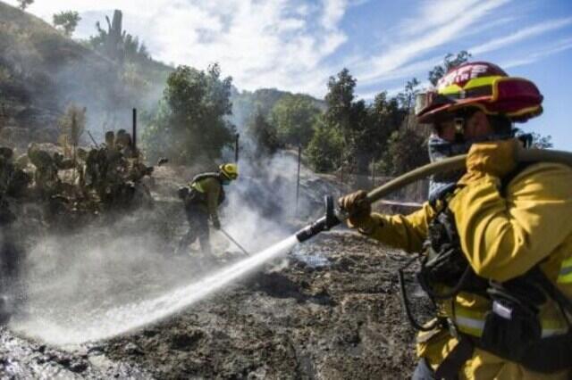 فرق الإطفاء تحرز تقدما في مكافحة حرائق الغابات في كاليفورنيا
