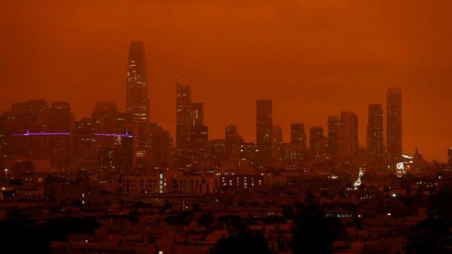 حرائق كاليفورنيا تحوّل لون السماء إلى البرتقالي