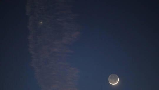 ما هو الضوء الساطع بجوار الهلال في الليلة الماضية؟