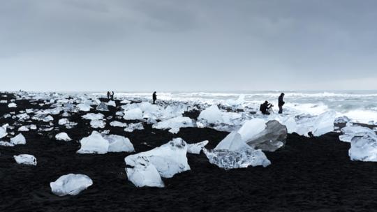 """علماء: """"نهر مظلم"""" غامض قد يتدفق تحت غرينلاند!"""