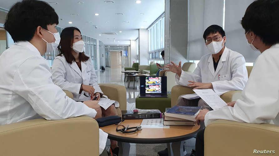دراسة جديدة: كورونا قد ينتقل عن طريق الحديث مع مصاب