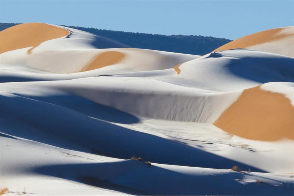 «انفجار جليدي» في الصحراء الكبرى والثلوج تغطي أجزاء من السعودية!