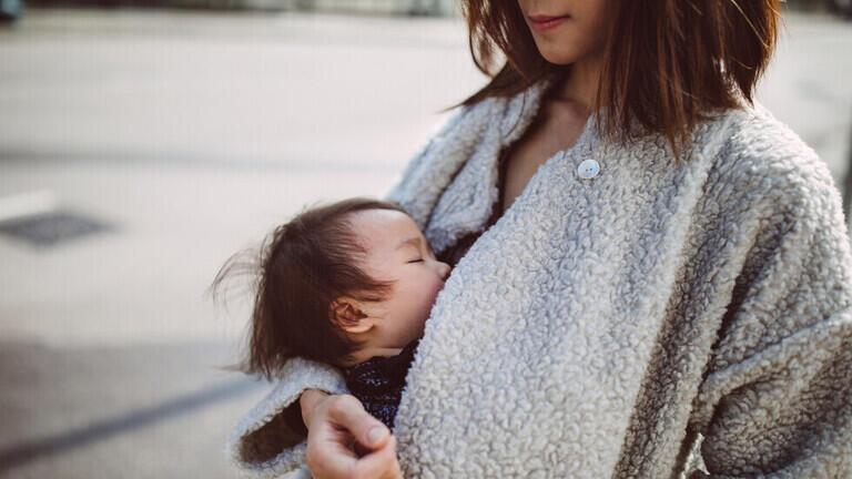 """حليب الثدي للأمهات اللواتي تلقين لقاح """"كوفيد-19"""" يحتوي على أجسام مضادة تحارب المرض"""
