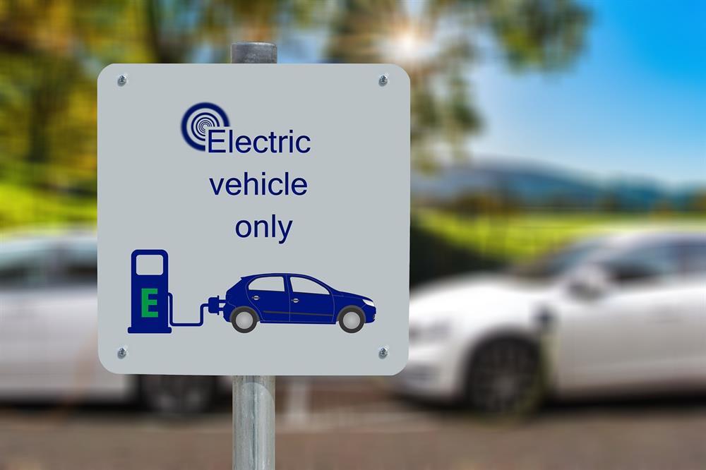 خطة بريطانية لخفض تكاليف مواقع شحن السيارات الكهربائية