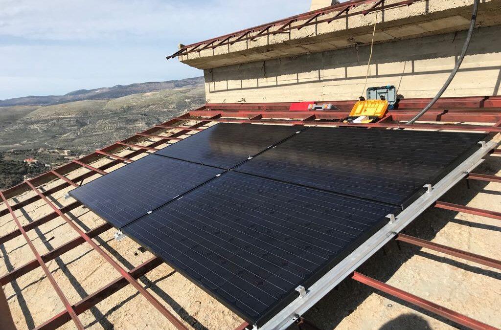 مشروع مهم وصديق للبيئة… بلديّة عين قنيا تنير المنازل عبر الطاقة الشمسية